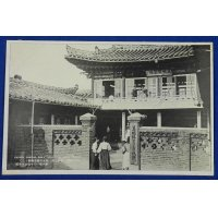 "1910's Japanese Photo Postcard "" The Pyongyang Kisaeng ( Woman entertainers ) School, the only institution in Korea, to train Kisaeng, which Korea is noted for.""( Giseong Kisaeng Training School ) / Photo of Korean ladies & Traditional architecture"